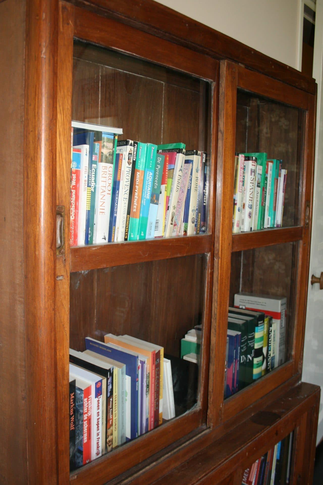 Oude antieke boekenkast | DEPT.64